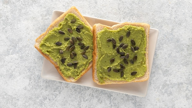 Vista superior de tostadas de aguacate con semillas