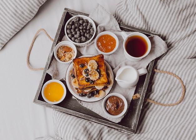 Vista superior de tostadas de desayuno con frutas
