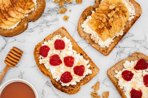 Vista superior de tostadas con frambuesas