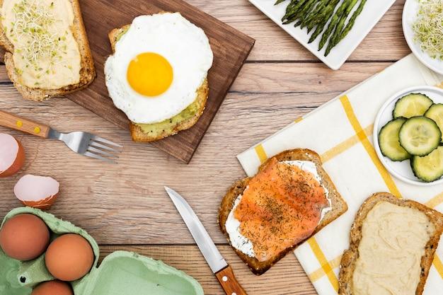 Vista superior de tostadas con huevo y pepino