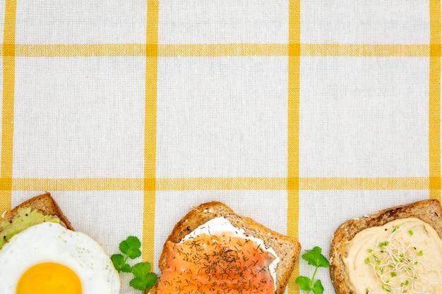 Vista superior de tostadas con huevo y perejil