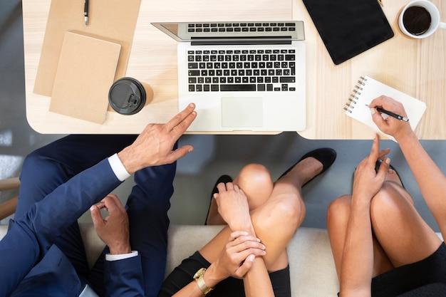 Vista superior del trabajo en equipo en la oficina