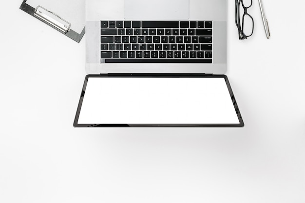 Vista superior de trabajo de oficina de marketing digital profesional