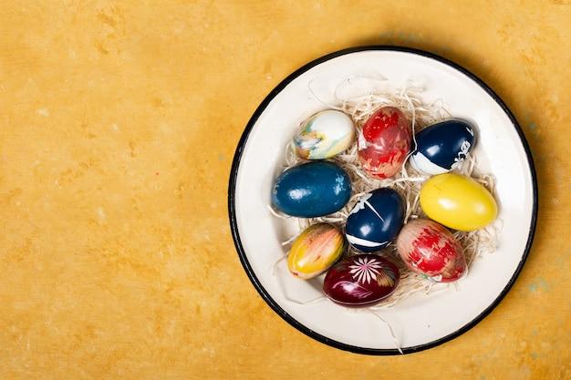 Vista superior tradicionales huevos de pascua en un plato