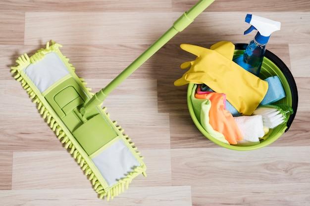 Vista superior del trapeador con productos de limpieza