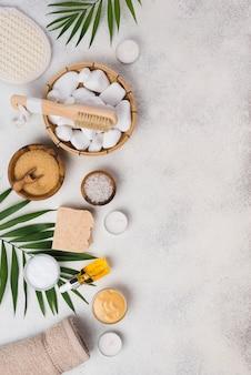 Vista superior del tratamiento del cuidado de la piel con jabón y piedras.