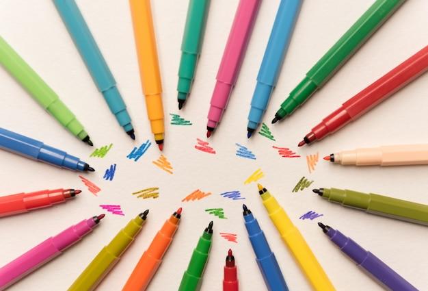 Vista superior de trazos pintados aislados entre marcadores