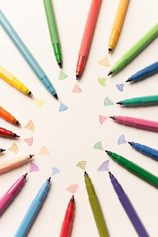 Vista superior de trazos pintados con marcadores de colores