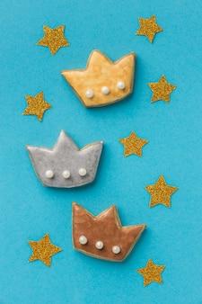 Vista superior de tres coronas con estrellas para el día de la epifanía.