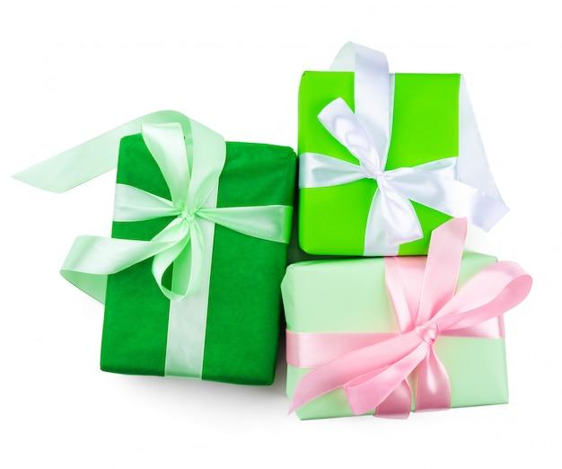 Vista superior de tres hermosos regalos aislados en blanco
