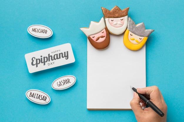 Vista superior de tres reyes con escritura a mano en papel para el día de la epifanía
