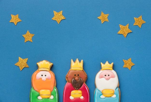 Vista superior de tres reyes con estrellas.