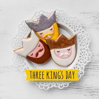 Vista superior de tres reyes en placa para el día de la epifanía
