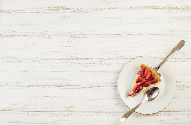 Vista superior trozo delicioso de tarta de fresas