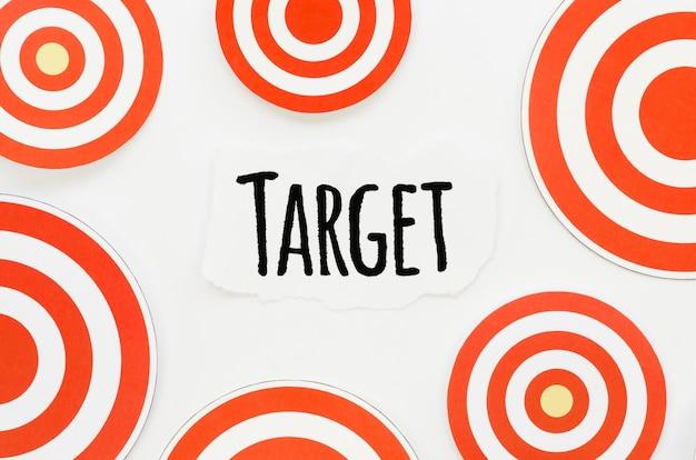 Vista superior del trozo de papel con objetivo y marcas circulares