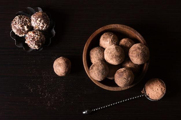 Vista superior trufas de chocolate listas para ser servidas