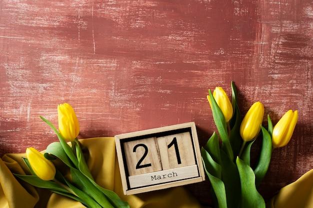 Vista superior de tulipanes con caja de madera con fecha