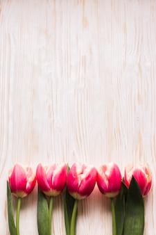 Vista superior de tulipanes en la mesa