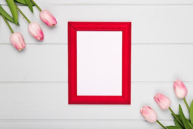 Vista superior de tulipanes rosas al lado del marco