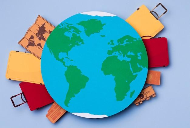 Vista superior del turismo mundial con equipaje