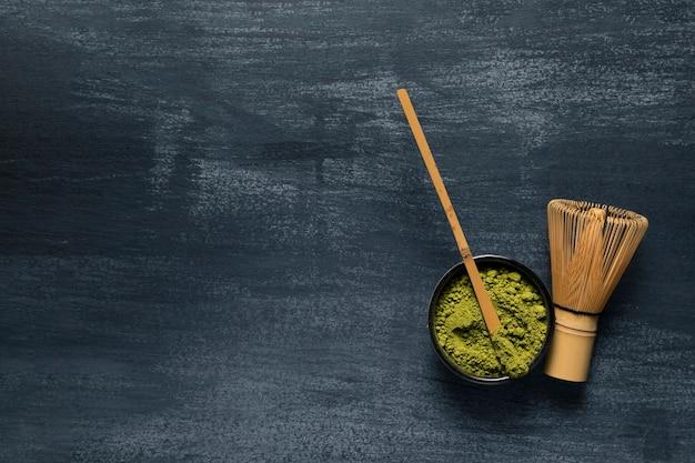 Vista superior utensilios de té verde de bambú