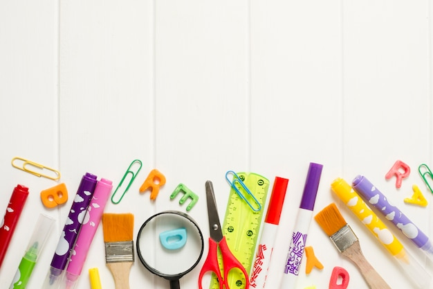 Vista superior de útiles escolares de colores