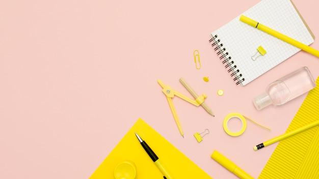 Vista superior de útiles escolares con cuaderno
