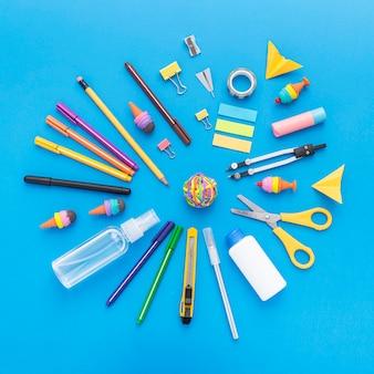 Vista superior de útiles escolares con lápices y tijeras