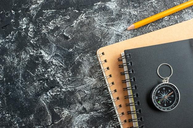 Vista superior de útiles escolares en superficie oscura