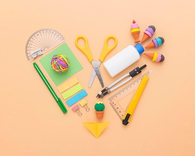 Vista superior de útiles escolares con tijeras y lápices