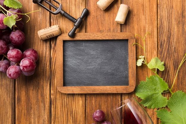 Vista superior de uvas y accesorios para vino.