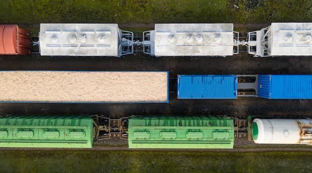 Vista superior de vagones de ferrocarril desde un avión no tripulado