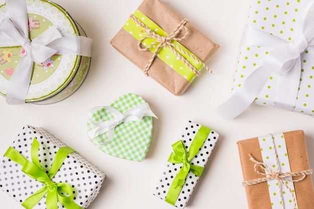 Vista superior de varias cajas de regalo envueltas en papel de diseño.