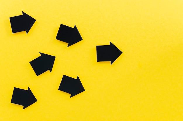 Vista superior de varias flechas con espacio de copia