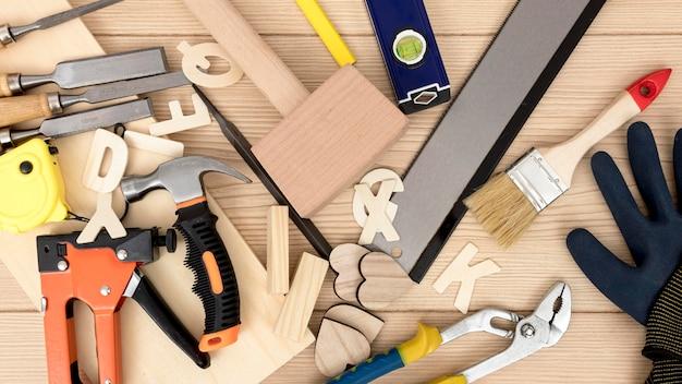 Vista superior de varias herramientas de carpintería