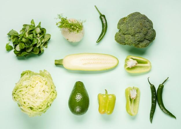 Vista superior de varias verduras verdes