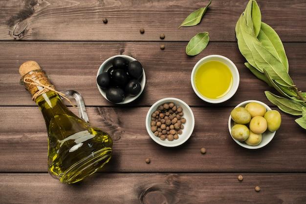 Vista superior variedad de aceite de oliva y aceitunas
