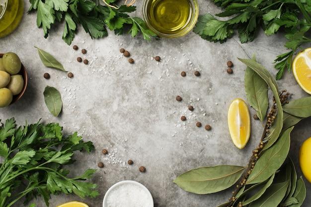 Vista superior variedad de aceitunas y aceite y limón.