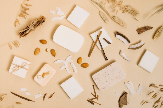 Vista superior variedad de barra de jabón de coco orgánico