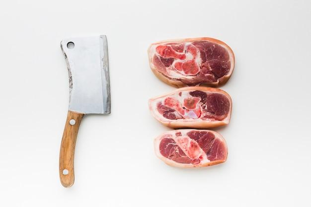 Vista superior variedad de chuletón con cuchillo sobre la mesa