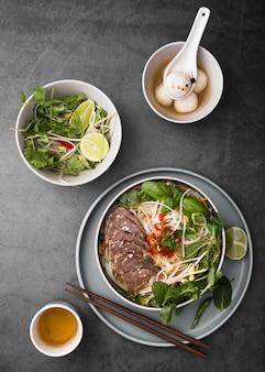 Vista superior de variedad de comida vietnamita