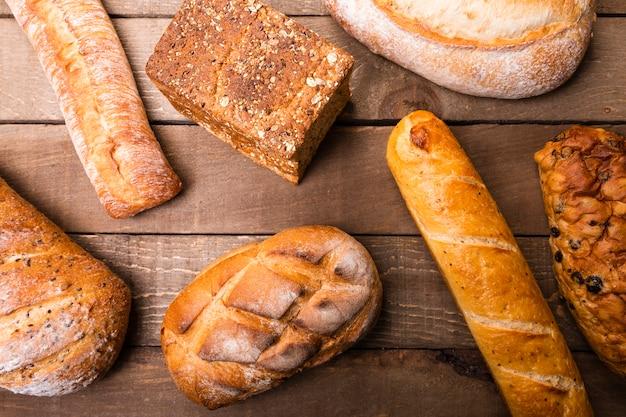 Vista superior variedad de deliciosos panes sobre la mesa