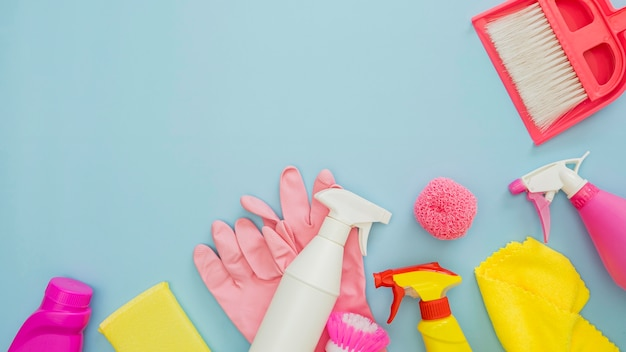Vista superior variedad de equipos de limpieza con espacio de copia