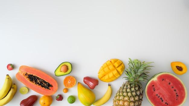 Vista superior de una variedad de frutas exóticas y espacio de copia