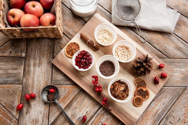Vista superior de una variedad de ingredientes para pasteles y una cesta de manzanas