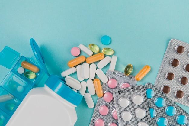 Vista superior variedad de medicamentos y tabletas