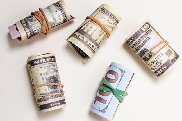 Vista superior variedad de moneda enrollada