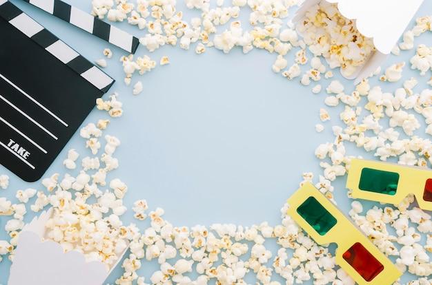 Vista superior variedad de palomitas de maíz con gafas 3d