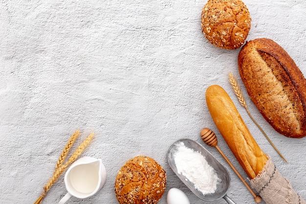 Vista superior variedad de pan recién horneado y espacio de copia