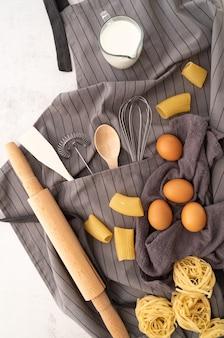 Vista superior variedad de pasta con ingredientes